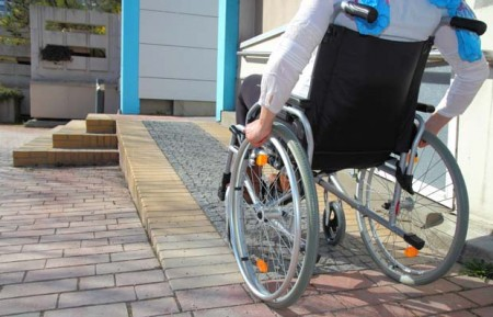 Eine Pflegesituation ist für jede Familie ein schwerwiegender Einschnitt. Wohnumfeldverbessernde Maßnahmen können Pflegebedürftigen aus Bielefeld helfen, im eigenen Zuhause zu bleiben. Foto: ©AOK/hfr.