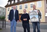 Stellen den Abschluss der Fassadensanierung vor – v.l. Bürgermeister Daniel Hartmann, Hauseigentümer Dr. Carsten Stender und Denkmalpfleger Henning Fischer