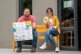 Heiko Böddeker und Julia Handtke (beide GfW Höxter) mit dem neuen Heimatlotsen auf der gelben Bank, dem Markenzeichen der Rückkehr Agentur. Foto: ©Irina Jansen