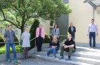 Mit dem Abschluss in der Tasche können die teilnehmenden Schülerinnen und Schüler von JobCoaching durchstarten – v.l.: Ralf Lübbert, stellvertretender Schulleiter Gesamtschule Delbrück, Sarah Witt (Berufsberaterin der Agentur für Arbeit), Claudia Holle (Geschäftsführerin der Osthushenrich Stiftung), Olga Kroll (Projektkoordinatorin, Kreis Paderborn), Manfred Göke (Abteilungsleiter Jahrgangsstufe 7,8), Manuel Tegethoff (Stadt Delbrück, Leiter des Fachbereichs Bildung/Sport/Kultur) Vorne: Coach Lea Warnebier, Shaun Evans (Schüler der 10. Klasse)Foto: Petra Münstermann