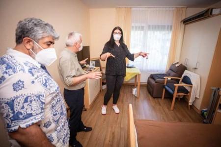 Jasmina Mèsic (rechts), die ihre Pflegeausbildung im Karl-Pawlowski-Haus in Bielefeld absolviert, führte Ahmet Akbaba (Mitte) und Fida Mehmet Yuca durch das Haus.