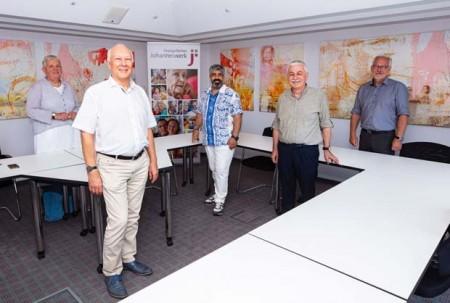 Projektleiterin Ulrike Overkamp (von links), Johanneswerk-Geschäftsführer Dr. Ingo Habenicht, Fida Mehmet Yuca, Ahmet Akbaba (Vorsitzende der Vereins ASAVDER) und Udo Ellermeier