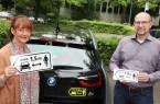 Schilder markieren den notwendigen Radsicherheitsabstand