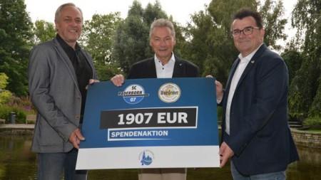 """v. l.: Uwe Wendt (Leiter Sport-Sponsoring, Warsteiner), Dieter Honervogt (Vorsitzender des Vereins """"Freunde der Pader"""" und stellv. Bürgermeister) und Martin Hornberger (Geschäftsführer SCP07). Foto: SCP07"""