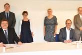 Freuen sich über die Unterzeichnung der Kooperationsvereinbarung (v.l.): Dr. Frank-Michael Bischoff (Präsident des Landesar- chivs NRW), Dr. Johannes Burkardt (Leiter des Lande sarchivs NRW, Abteilung OWL), Dr. Christiane Rühlin g (Lippische Landesbiblio- thek), Prof. Dr. Mechthild Black-Veldtrup (Leiterin der Abteilung Westfalen des Landesarchivs Münster) , Jörg Düning-Gast (Landesver- bandsvorsteher) sowie Dr. Joachim Eberhardt (Direkt or der Lippischen Landesbibliothek). Foto: Landesarchiv NRW