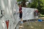 Lukas Michalski (v. l.), Lara Wenzel und Hermann Reichold gestalten ihre Fläche auf dem Graffiti-Stern.Foto: © Stadt Paderborn