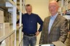 Gut gelaunt am Bestand S 1/36 und hinter einem Teil der Bildüberlieferung: Dr. Otmar Allendorf, rechts, mit Archivleiter Wilhelm Grabe.Foto:© Stadt Paderborn
