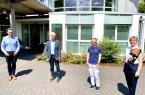 Bürgermeister Andreas Sunder (links) und Miriam Bürger von der städtischen Wirtschaftsförderung (rechts) gratulierten Dr. Reinhard Hochstetter und Dr. Imke Friedel jetzt zur Praxisübergabe. Foto: Stadt Rietberg