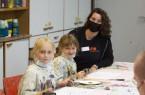 Im Anschluss an den Rundgang in der Kunsthalle wurden Emma (l.) und Ella gemeinsam mit Teamerin Lara-Sophie Weigt selbst kreativ.
