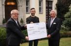 Rolf A. Bedner (r.) überreichte den Scheck über 20.000 Euro an Pastor Ulrich Pohl (l.) und René Meistrell. Foto: Marten Siegmann
