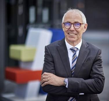 Hauptredner beim Unternehmertag Ostwestfalen-Lippe am 14. Oktober 2021 in der Stadthalle Bielefeld: DIHK-Präsident Peter Adrian. Foto: DIHK/Werner Schuering