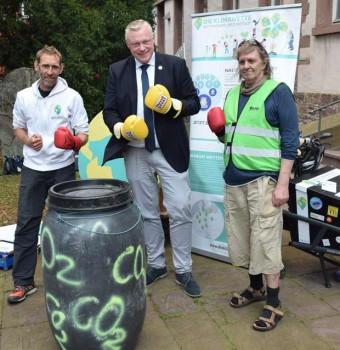 Mit Boxhandschuhen wird symbolisch die Klimagas-Tonne weg geboxt. Foto: ©Stadt Höxter