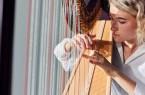 Rabea Beier spielt seit ihrem achten Lebensjahr Harfe. Foto: ©Patrick Pollmeier/FH Bielefeld