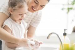 Rotaviren sind eine der häufigsten Ursachen für schw ere Magen-Darm-Erkran- kungen bei Kindern. Neben den empfohlenen Impfungen sind auch bestimmte Hygie- neregeln wir das gründliche Händewaschen zu beachten. F oto: AOK/hf