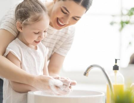 Rotaviren sind eine der häufigsten Ursachen für schwere Magen-Darm-Erkran- kungen bei Kindern. Neben den empfohlenen Impfungen sind auch bestimmte Hygie- neregeln wir das gründliche Händewaschen zu beachten. F oto: AOK/hf