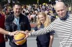 Die Streetbasketball-Tour in Bielefeld war ein großer Erfolg. Das Organisationsteam eröffnete die Veranstaltung mit einem Korbwurf. (v. l. n. r.: Ingo Nürnberger (Sozialdezernat Stadt Bielefeld),