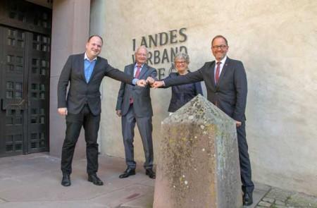 Bereiten gemeinsam die neue Zukunft des Burghotels Blomberg vor: Klaus und Christine Eisert, Verbandsvorsteher Jörg Düning-Gast (r.) und Blombergs Bürgermeister Christoph Dolle (l.) (Foto: Landesverband Lippe)