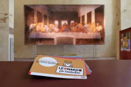 """Mit dem Rallye-Büchlein gehen kleine Museumsgäste den Geheimnissen der Bilderwelt """"Leonardo da Vinci. Das letzte Abendmahl"""" auf die Spur. Foto: LWL/Katharina Kruck"""