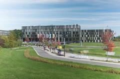 Den Weg zum Hauptgebäude der Fachhochschule Bielefeld werden bei mehr Präsenzlehre in den nächsten Wochen und Monaten wieder mehr Studierende nehmen. (Foto: Andreas Jon Grote / FH Bielefeld)