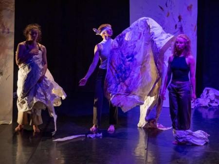 """""""W wie Wut"""" Theaterlabor Bielefeld. V.l.: Velia Hahnemann, Hannah Breuker, Paula Moré. Foto: Jürgen Riedel"""