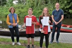 Annette Ahn vom Stadtsportverband, Mads und Nele Barwich, Bürgermeister Theo Mettenborg bei der Sportlerehrung, die direkt am Bootssteg des Kanuclubs Wiedenbrück-Rheda stattfand