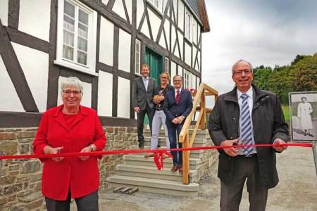 Jutta Fick (l.) und LWL-Direktor Matthias Löb (r.) haben das Haus Stöcker am 19. September offiziell eröffnet. Im Hintergrund: Museumsdirektor Prof. Dr. Jan Cars-tensen (v. l.), Sandra Hoeritzsch und Dr. Hubertus Michels vom LWL-Freilichtmuseum Detmold. Foto: LWL/Jähne.