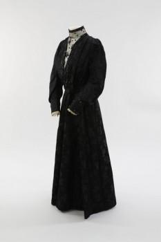Brautkleider waren nicht immer weiß, wie das dreiteilige, schwarze Brautkleid aus der Sammlung des LWL-Freilichtmuseums Detmold zeigt, das 1910 getragen wurde. Foto: LWL
