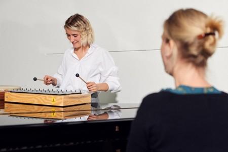 Rabea Beier ist die erste Absolventin der FH Bielefeld, die das Zertifikat für den Qualifizierungsbereich Musikalische Bildung überreicht bekommt. Foto: ©Patrick Pollmeier/FH Bielefeld