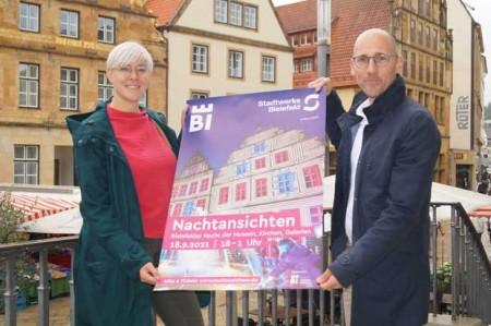 Freuen sich auf eine Nacht der Kultur mit mehr als 40 Veranstaltungsorten: Katharina Schilberg, Projektleiterin Bielefeld Marketing, und Sebastian Bauer, Pressesprecher Stadtwerke Bielefeld.