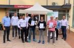 Die Akteure und Preisträger*innen bei der Preisübergabe beim Abendmarkt in Vlotho vom 26. August 2021 mit Bürgermeister Rocco Wilken (links) und Mobilitätsmanager Udo Pühmeyer (rechts). Foto: ©Stadt Vlotho