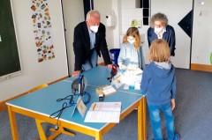 """BBS-Vorstandsvorsitzender Dr. Lutz Worms und Projektleiterin Jutta Schattmann lassen sich von Kindern aus dem 3. Schuljahr der Eichendorffschule Experimente aus dem """"Energie-Parcours"""" zeigen."""