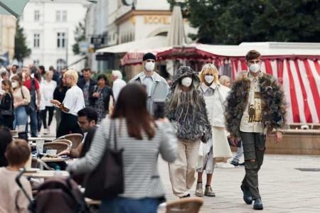 """Die Streetwear-Kollektion """"REGRAYMENT"""" von Bachelor-Absolventin Carlotta Laufkötter besteht ausschließlich aus bereits getragenen, alten oder teils kaputten Kleidungsstücken. (Foto: Patrick Pollmeier / FH Bielefeld)"""