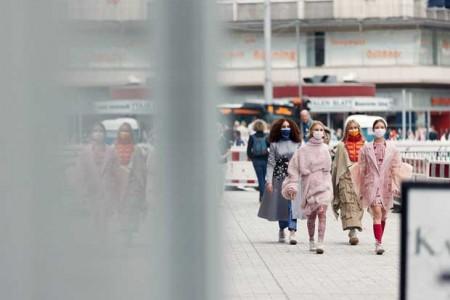 """Mode im öffentlichen Raum: Die Route der """"Tour de la Mode"""" führte auch an der Kunsthalle vorbei. (Foto: Patrick Pollmeier / FH Bielefeld)."""