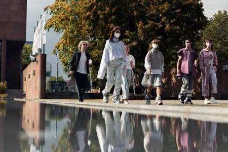 Ungewohnte Szenen in der Bielefelder Innenstadt: Die Kollektionen von Isabell Bosiens und Julia Wartemann zogen so manche Blicke auf sich. (Foto: Patrick Pollmeier / FH Bielefeld).