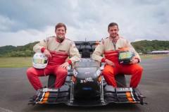 Die beiden Fahrer des Verbrenners Henri Ebbing (li.) und Adrian Nessel (re.) tragen beim letzten