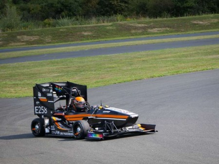 Auch der Elektro-Rennwagen PX421E macht eine gute Figur auf der Rennstrecke. Foto: UPBracing Team e.V.