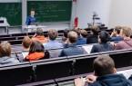 Der Physik-Absolvent Michael Kismann gibt den Schülern Tipps, wie man gut durchs Studium kommt und worauf man dabei achten muss. Foto: ©Universität Paderborn, Besim Mazhiqi