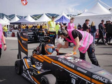 Jubel nach dem erfolgreich beendeten Langstreckenrennen des Verbrenner-Rennwagens PX221C. Foto: (UPBracing Team e.V.)