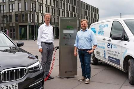 Enge Verzahnung von Theorie und Praxis: Westaflex-Geschäftsführer Dr. Peter Westerbarkey (links) und Projektleiter Prof. Dr.-Ing. Jens Haubrock.