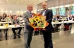 Bürgermeister Michael Dreier (links) gratulierte Carsten Venherm, der sich für die vergangenen acht Jahre sowie für das außerordentliche Votum in der Ratssitzung am Donnerstagabend bedankte.Foto:© Stadt Paderborn