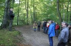 Bei der Forstbereisung führt Hans-Ulrich Braun die Verbandsabgeordneten durch die lippischen Wälder und erklärt, wie die Förderung eines klimarobusten Mischwaldes umgesetzt werden soll. (Foto: Landesverband Lippe)
