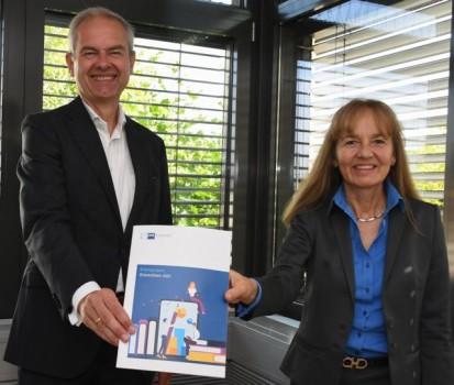 IHK-Präsident Wolf D. Meier-Scheuven und IHK-Hauptgeschäftsführerin Petra Pigerl-Radtke präsentieren den erstmals aufgelegten Bildungsreport Ostwestfa-len 2021. Foto: IHK