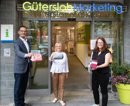 Stellen das Pop-Up-Regal bei der gtm vor: (v.l.) Jan-Erik Weinekötter, Karin Nottbrock, Rieke Paland.