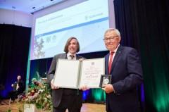 Medaille und Urkunde: Anerkennung für das Engagement von Jean-Yves Hugon (r.) in über 40 Jahren Städtepartnerschaft mit Châteauroux. Bürgermeister Norbert Morkes hielt die Laudatio.