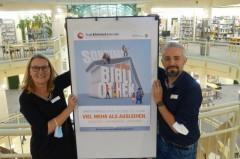 Bibliotheksleiterin Silke Niermann und Michele Wegner, Leiter Kinder- und Elternbibliothek, freuen sich darauf, die Türen der Bibliothek an den Pilotsonntagen vom 24. Oktober bis einschließlich 5. Dezember für Lesungen, Kindertheater, Bastelangebote und mehr zu öffnen.