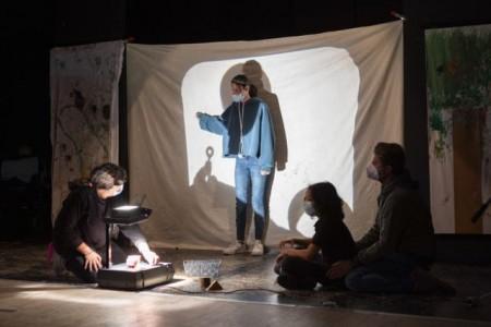 Eine Gruppe von Schülerinnen und Schülern spielte Schattentheater. Foto: v. Bodelschwinghsche Stiftungen Bethel