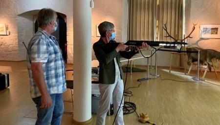 Museumsdirektorin Dr. Vera Lüpkes beim Schießtraining. Ulrich Kindsgrab vom Treffpunkt Jagd- und Schießkino Extertal zeigt, worauf es ankommt.