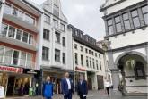 Vor dem sanierten Bauwerk am Rathausplatz 2 (v. l.): Citymanager Heiko Appelbaum, Matthias Goeken, Eigentümer des Gebäudes und Stadtdenkmalpfleger Thomas Günther.Foto:© Stadt Paderborn